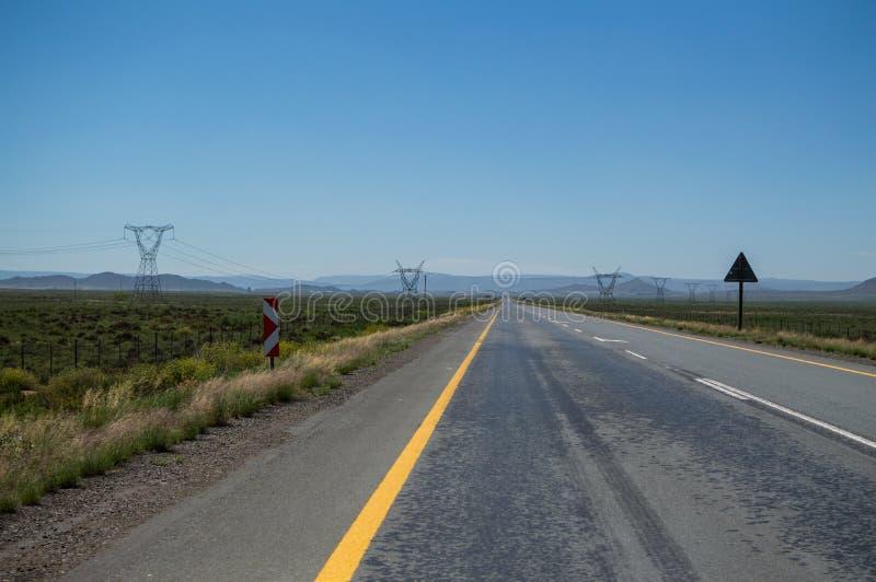 Preria krajobraz z autostradą i przekazem Góruje obrazy stock