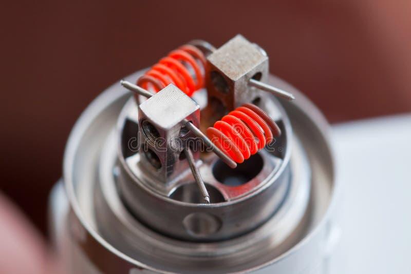 Preriscaldi la spirale della bobina del clapton montata nella sigaretta elettronica fotografia stock
