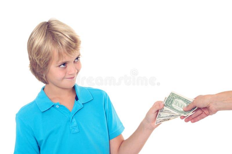 Prerogativa bionda del ragazzo il suo denaro per piccole spese immagini stock