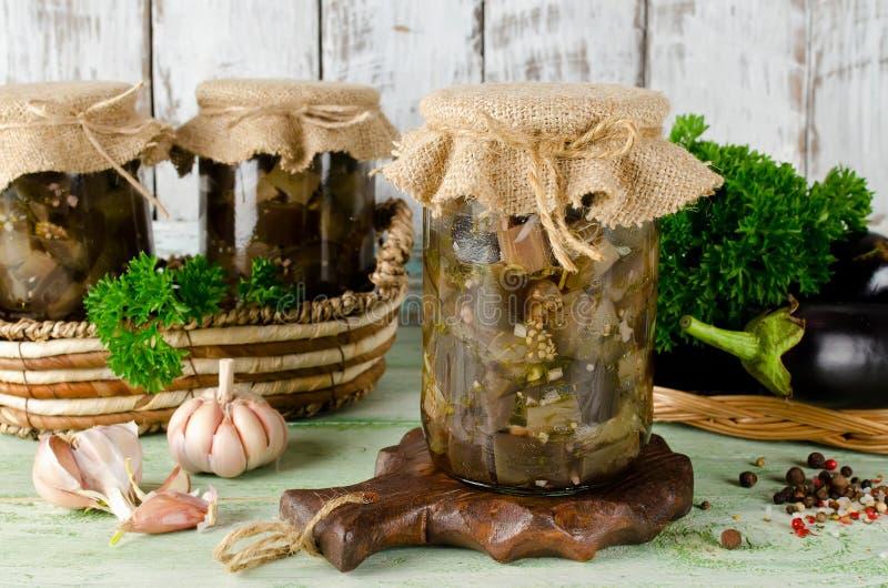 Prerogativa della melanzana in barattolo di vetro su una tavola di legno fotografia stock libera da diritti