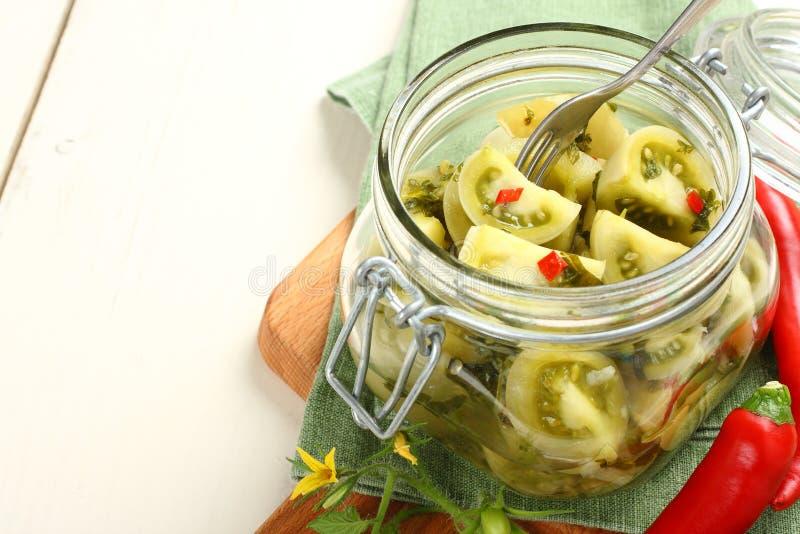 Prerogative verdi casalinghe dei pomodori in barattolo di vetro fotografie stock