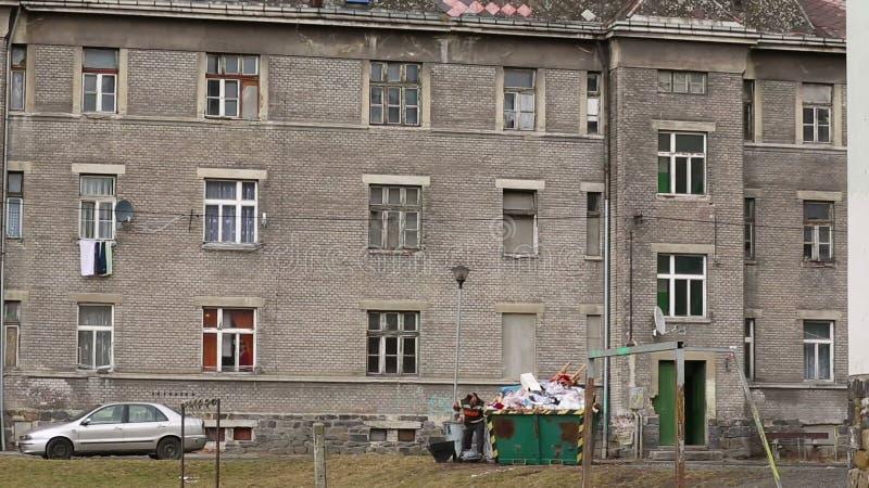 PREROV,捷克, 2017年3月5日:少数民族居住区可怜的吉普赛人,人与铁一起使用 股票录像