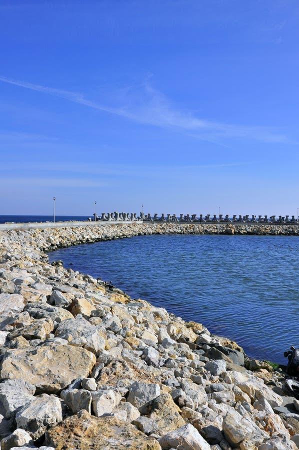Presa curvada rocosa cerca del Mar Negro foto de archivo libre de regalías