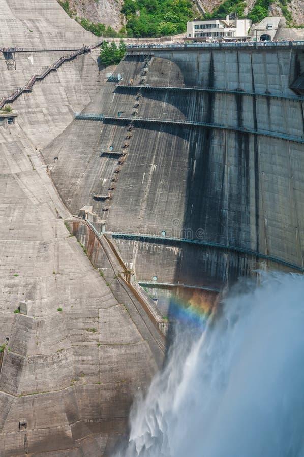 Presa de Kurobe con el arco iris fotos de archivo