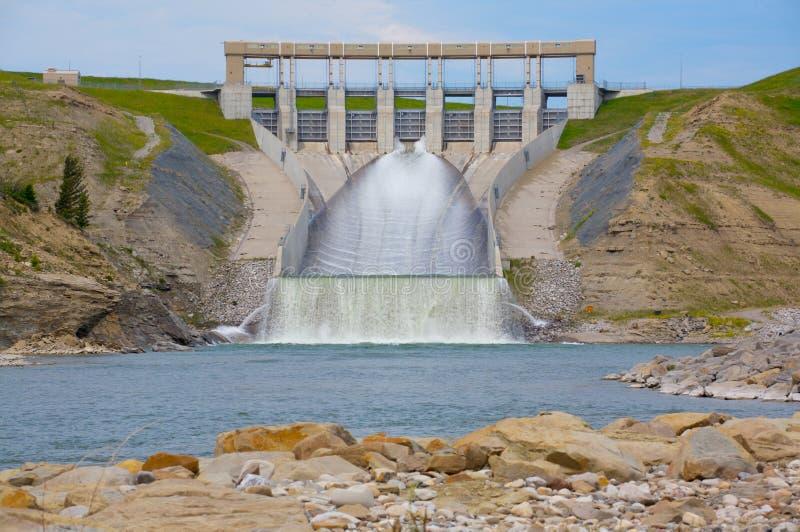 Presa de la energía hidraúlica del río del viejo hombre imagenes de archivo