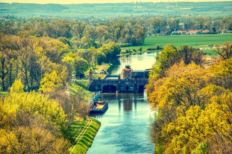 Presa de la protección contra inundaciones de Moldava en verano aéreo del melnik imagenes de archivo