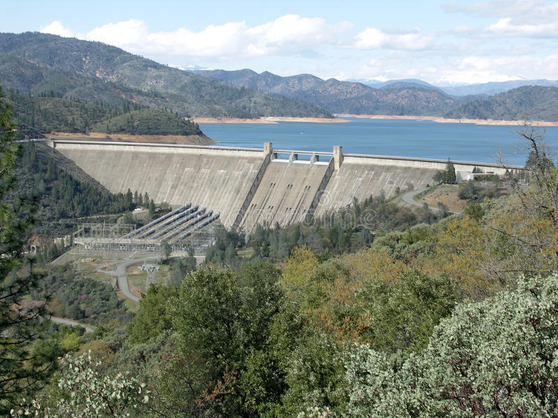 Presa de Shasta en el lago Shasta imagen de archivo libre de regalías