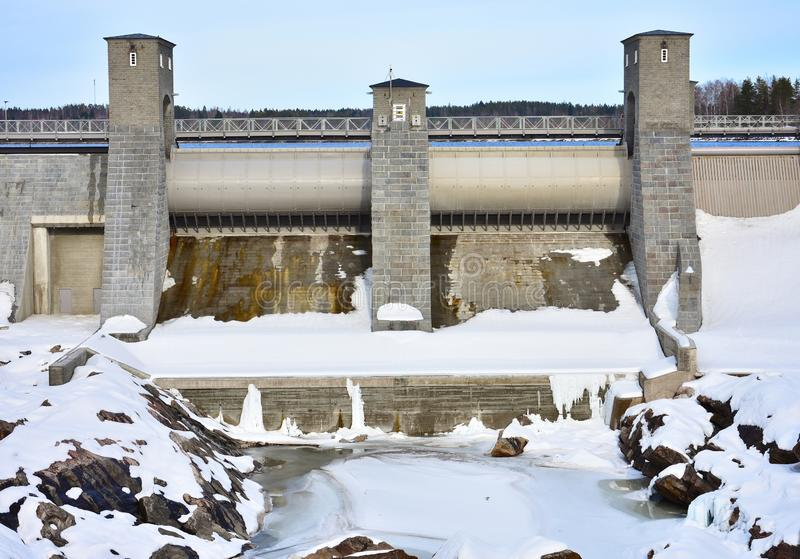 Presa de un invierno del plantin del poder hidroeléctrico en Finlandia, Imatra fotografía de archivo libre de regalías