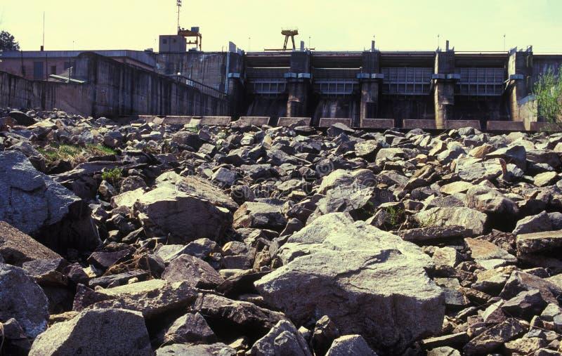 Presa del agua y rocas secadas imagen de archivo