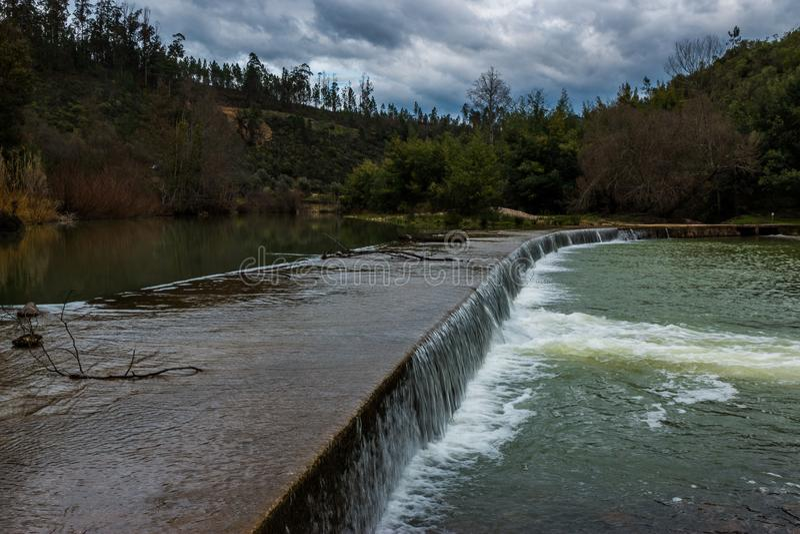 Presa del río de Alva pequeña, Penacova, Portugal imágenes de archivo libres de regalías