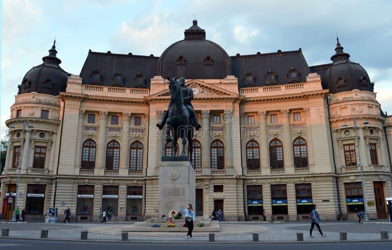 Presa del selfie davanti al re Carol Library, Bucarest, Ro fotografie stock libere da diritti