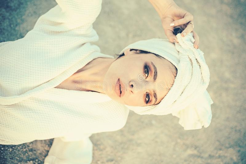 Presa della cura di se stessa Skincare alla stazione termale Asciugamano di bagno grazioso di usura di donna sulla testa Giovane  fotografia stock libera da diritti