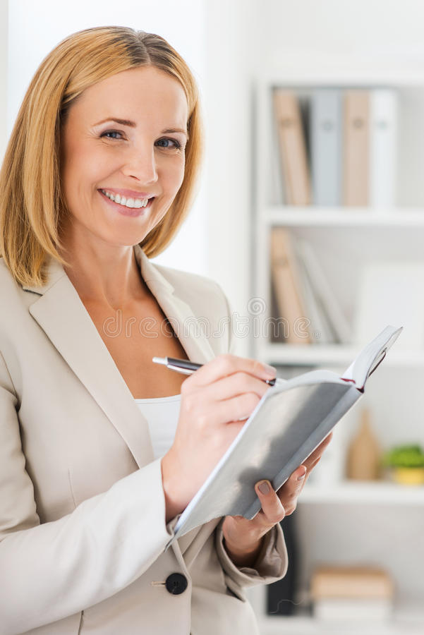 Download Presa Delle Note Con Il Sorriso Fotografia Stock - Immagine di adulto, sorriso: 56881224