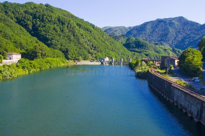 Presa en el lago azul en el medio de las montañas verdes fotografía de archivo libre de regalías