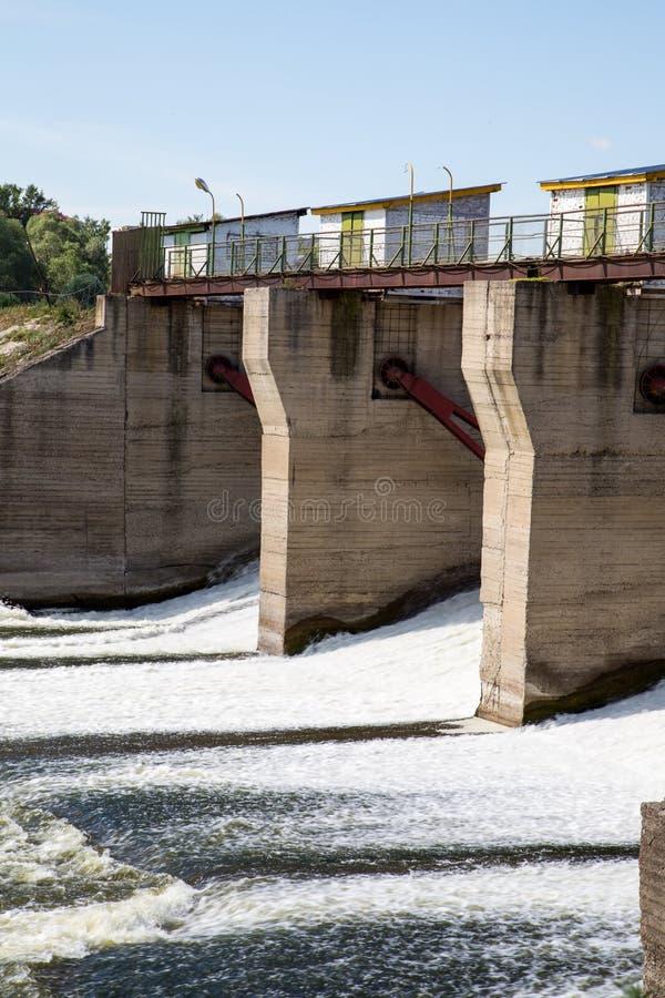 Presa en el río Alatyr fotos de archivo