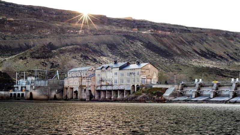 Presa en el río salvaje de Sanke en Idaho con la estrella del sol imagen de archivo libre de regalías
