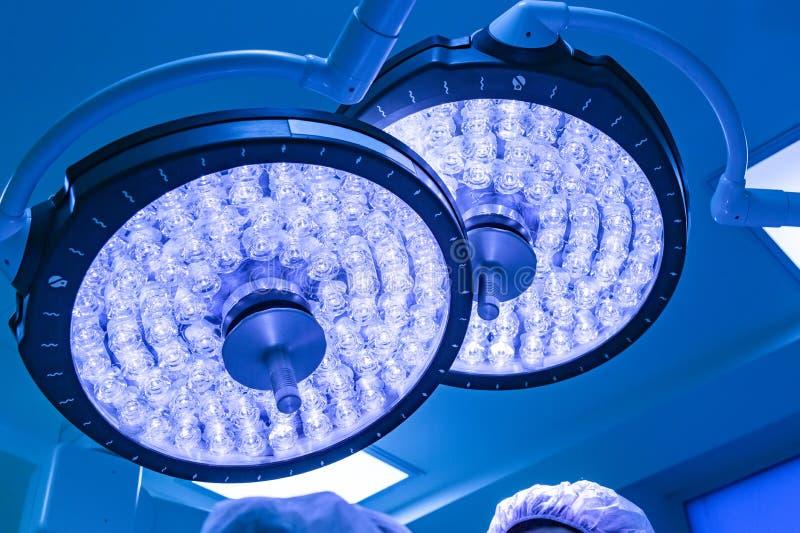 Presa in funzione della stanza di due lampade chirurgiche con il filtro blu fotografia stock libera da diritti