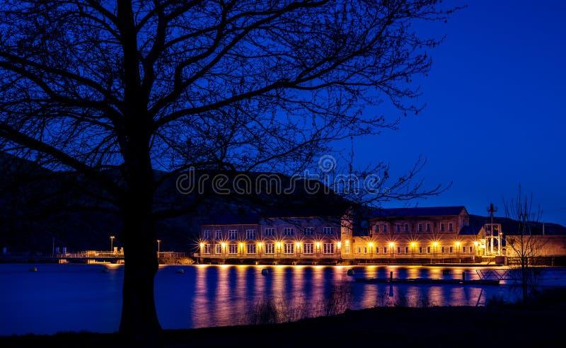Presa hermosa en la noche con las luces eléctricas que reflejan foto de archivo