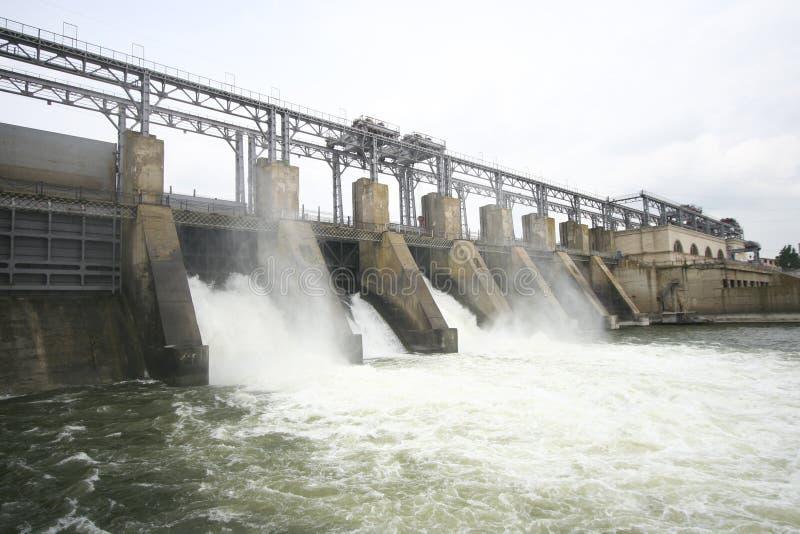 Presa hidroeléctrica en un río imagenes de archivo