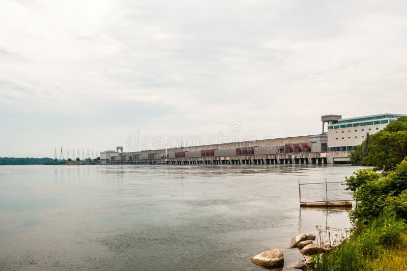 Presa hidroeléctrica grande en el río en Cornualles, Ontario, Canadá fotos de archivo