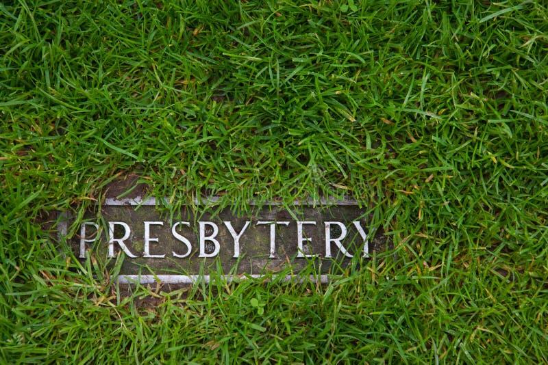 Presbiterio - un segno in erba immagine stock