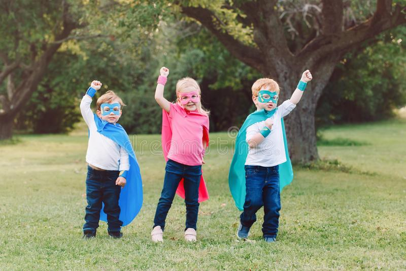 Preschool кавказские дети играя супергероев стоковые фотографии rf