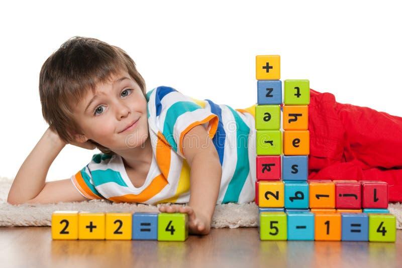 Preschool chłopiec z blokami na podłoga fotografia royalty free