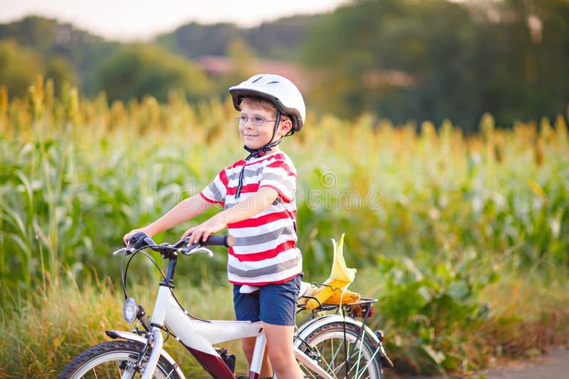 Preschool dzieciaka chłopiec w hełmie ma zabawę z jazdą bicykl obraz stock