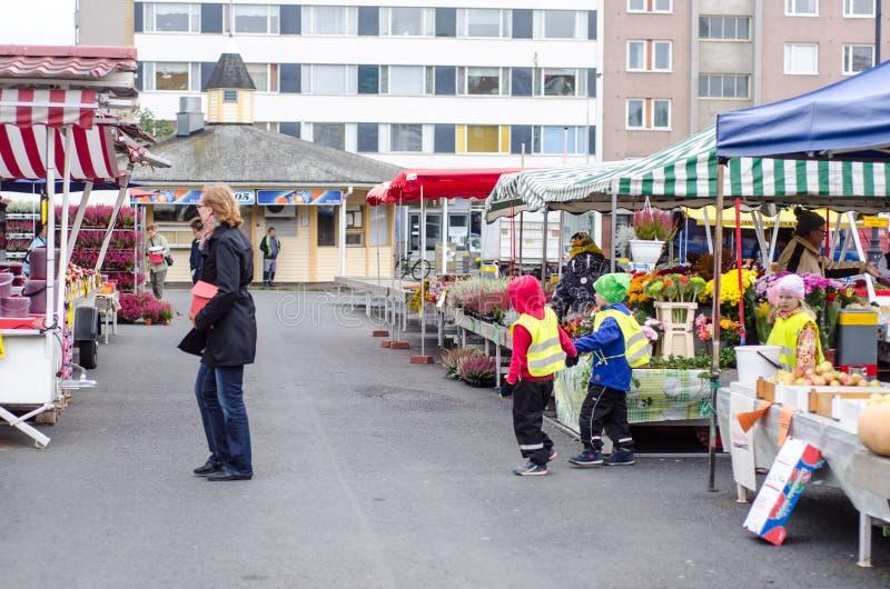 Preschool dzieciaki odwiedza rynek otwartego obrazy royalty free