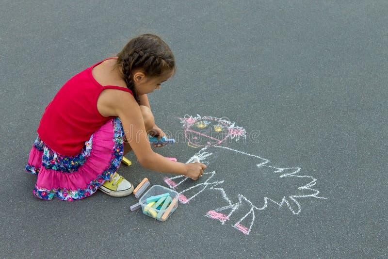 Preschool dziewczyna rysuje kredę na asfalcie fotografia stock