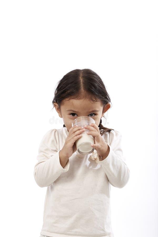 Preschool dziewczyna trzyma szkło z mlekiem zdjęcie royalty free