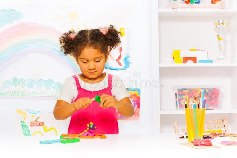 Preschool dziewczyny sztuka z modelarską gliną w klasie obraz royalty free