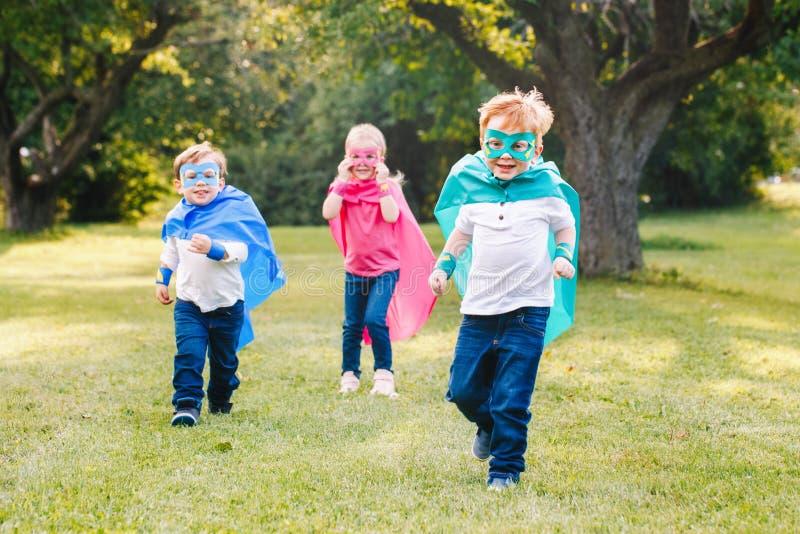 Preschool Kaukascy dzieci bawić się bohaterów obrazy royalty free