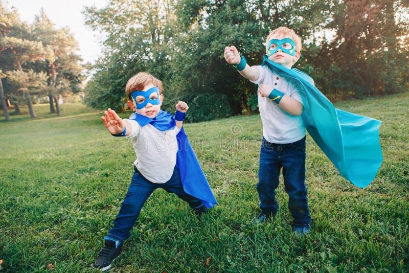 Preschool Kaukascy dzieci bawić się bohatera w zielonym kostiumu fotografia stock