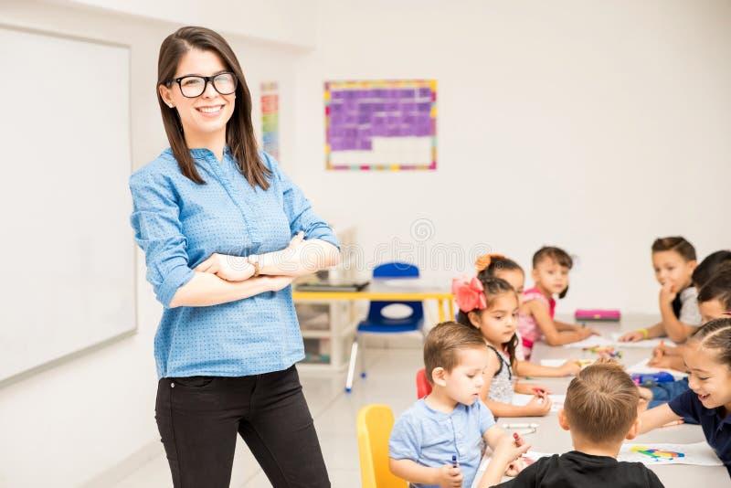 Preschool nauczyciel z jej uczniami fotografia stock