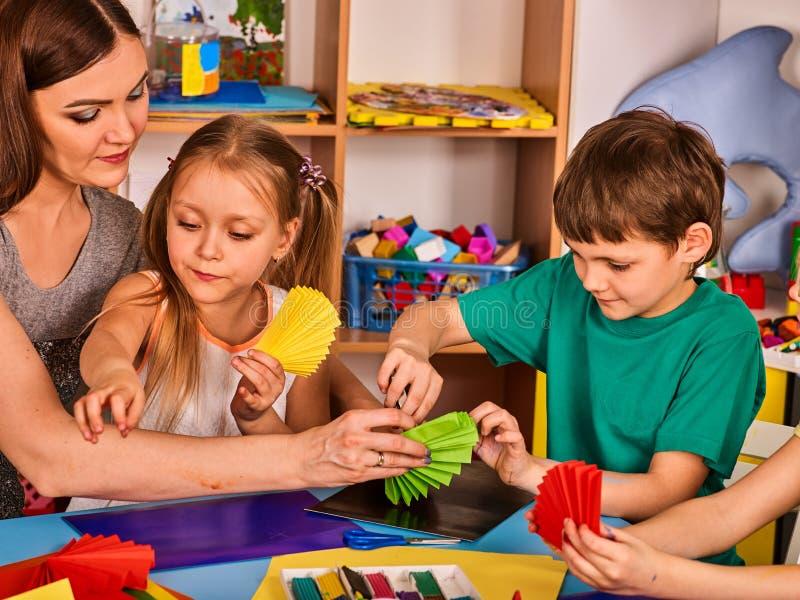 Preschool nożyce w dzieciak rękach ciie kolor tapetują z nauczycielem zdjęcie royalty free