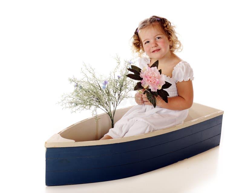Preschooler bonito em um barco azul foto de stock royalty free