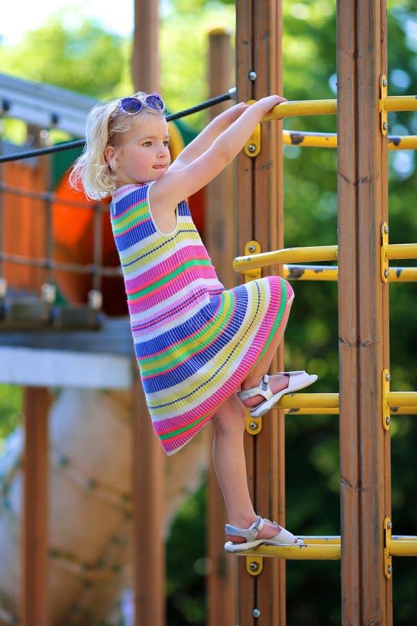 Preschooler dziewczyna przy boiskiem obraz stock