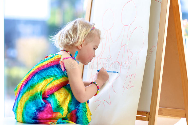 Preschooler dziewczyny rysunek z ołówkami na papierze zdjęcia royalty free