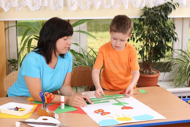 Preschooler y habilidades manuales imagen de archivo