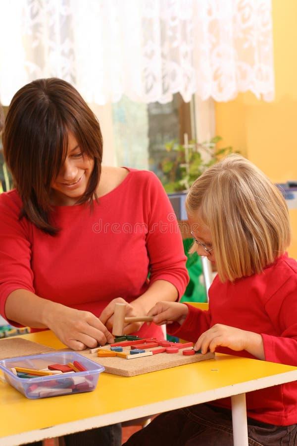 Preschoolers e blocos de madeira imagem de stock royalty free