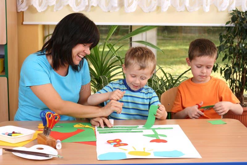 Preschoolers y habilidades manuales imagen de archivo