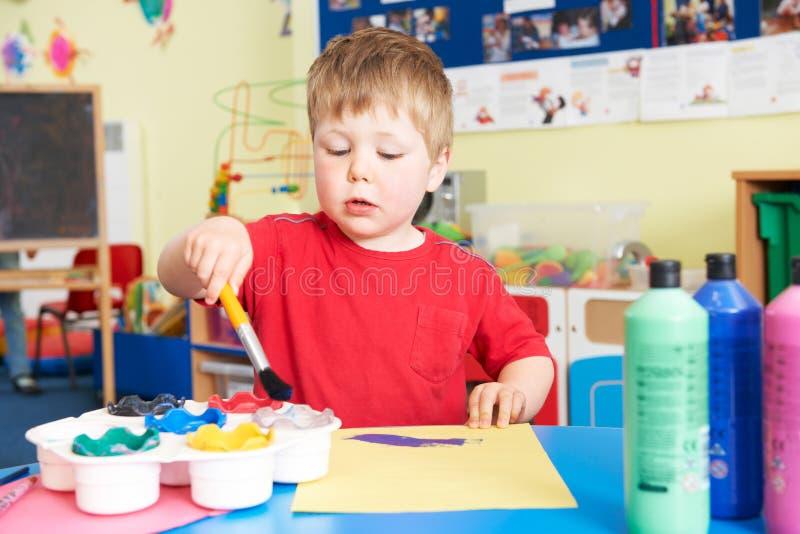 Preschooljongen die Schilderend Klasse genieten van royalty-vrije stock afbeelding