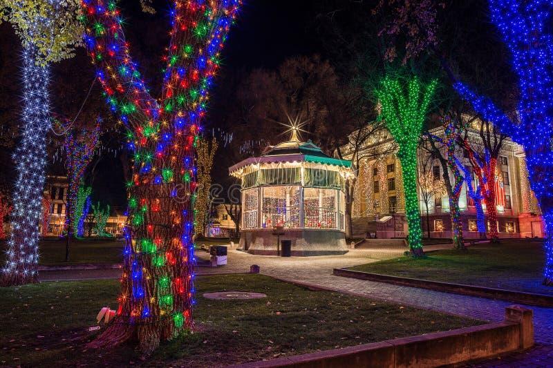 Prescott Arizona stadfyrkant med julljus royaltyfria bilder