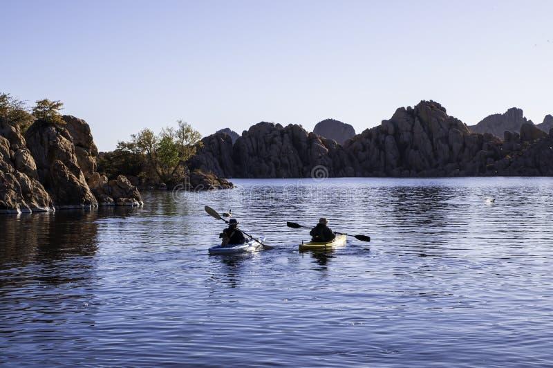 Prescott, de vrouwen het kayaking van Arizona, de V.S. 04/24/2019 A man en op de vroege ochtend op Watson Lake stock afbeelding