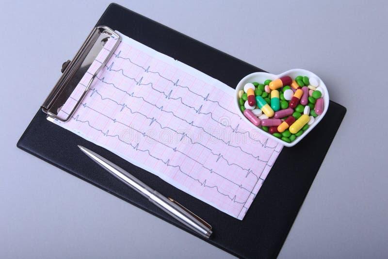 Prescrição de RX e comprimidos e cápsulas coloridos da variedade na placa fotografia de stock royalty free