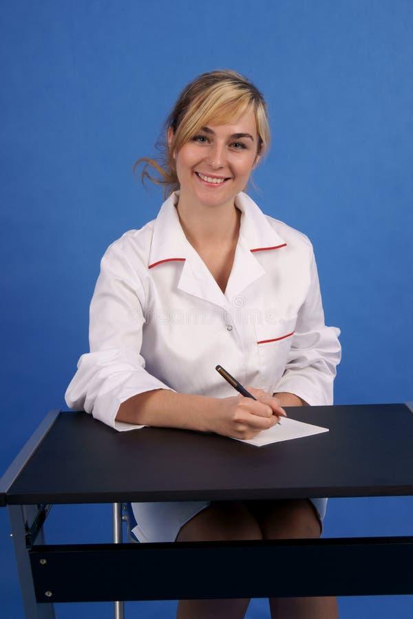 Prescrição de sorriso da escrita do doutor fotografia de stock royalty free