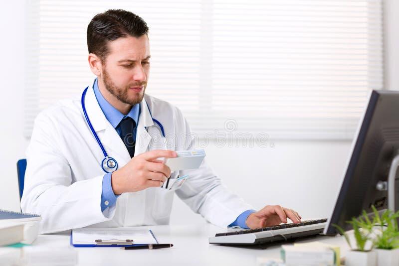 Prescrição masculina da escrita do doutor foto de stock