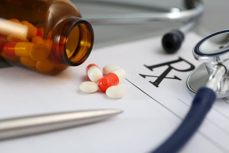Prescrição que encontra-se na tabela com estetoscópio, pena e pilha do pi imagens de stock royalty free