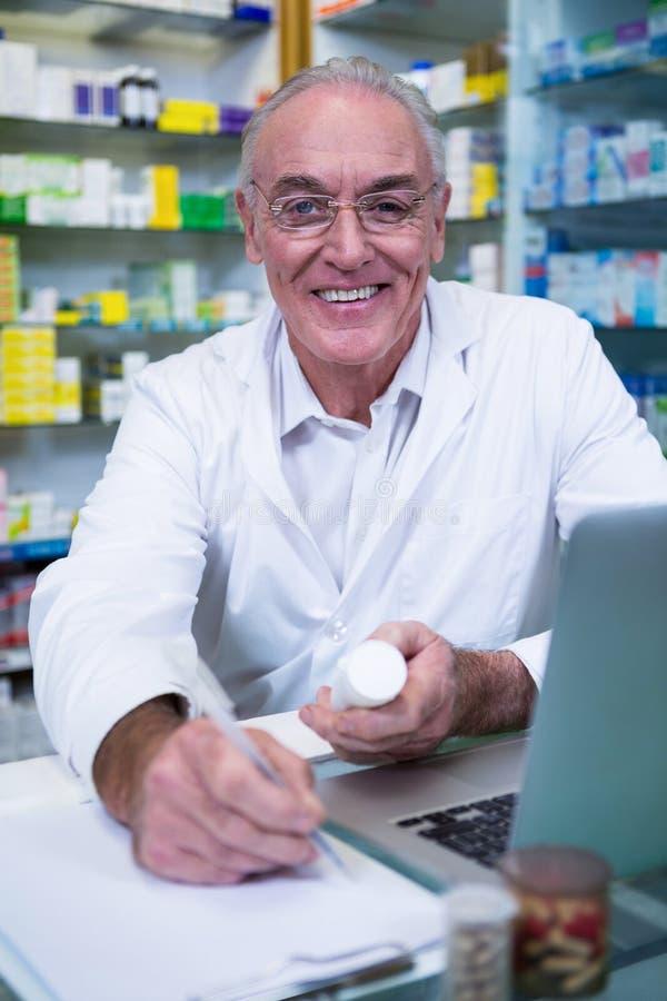 Prescrições da escrita do farmacêutico para medicinas imagem de stock